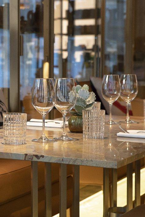 """L'Hôtel Brach a 8 étages, des terrasses et un superbe roof top. Le Club de sport propose des cours individuels ou collectifs. La Piscine fait 22 m de long. Un sauna un hammam et une """"grotte de sel de l'Himalaya"""" (pour bien respirer) invitent à la détente.L'Hôtel a son bar à cocktails, un restaurant, un salon de thé, une pâtisserie et une épicerie. Le toit de l'Hôtel Brach est aussi un jardin potager réservé aux clients de l'hôtel."""