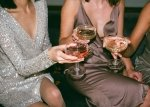 femmes et coupe de champagne