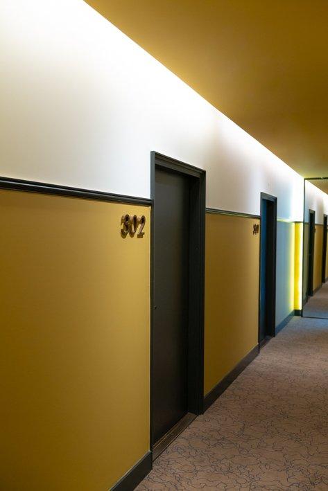 couloir jaune hotel