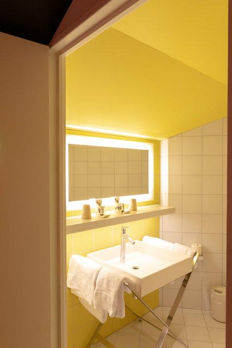 salle de bains jaune