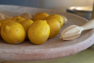 Les brocantes, magasins d'objets et petites boutiques ne manquent pas à L'Isle sur la Sorgue. Nous avons découvert la Pâtisserie - Salon de thé - Boutique de La Maison Jouvaud, connue pour ses produits artisanaux : fruits confits et chocolats.